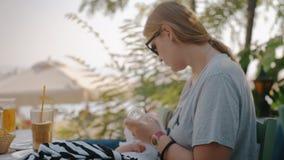 Macierzysty żywieniowy dziecko od butelki w plenerowej kawiarni zbiory wideo