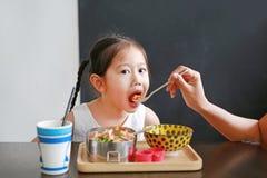 Macierzysty żywieniowy jedzenie dla jej córki obrazy stock
