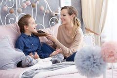 Macierzysty bawić się z córki ` s włosy Fotografia Stock