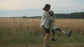 Macierzysty bawić się z jej córką, kobiety kłębiasty dziecko w naturze zbiory