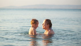 Macierzysty bawić się z jej młodym synem w morzu zbiory wideo