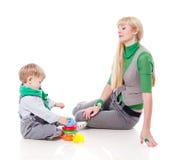 Macierzysty bawić się z synem Obrazy Stock