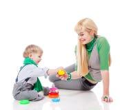 Macierzysty bawić się z synem Fotografia Stock