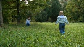 Macierzysty brać obrazki używać retro ekranową kamerę jej chłopiec w lato parku zdjęcie wideo