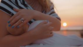 Macierzysty breastfeeding dziecko plenerowy przy zmierzchem zdjęcie wideo