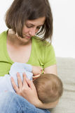 Macierzysty breastfeeding jej chłopiec. Zdjęcia Stock