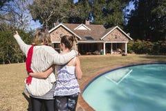 Macierzysty córki odprowadzenia dom Zdjęcie Stock