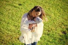 Macierzysty cuddle dziecka syn na zielonej trawie obrazy royalty free