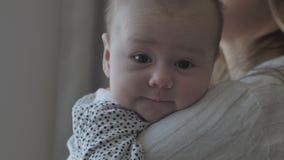 Macierzysty cuddling jej dziecka zbiory wideo