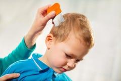 Macierzysty częstowanie syna włosy przeciw wszom zdjęcie royalty free