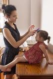 Macierzysty czesanie włosy jej córka Zdjęcia Stock