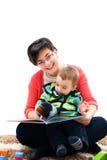 Macierzysty czytanie książka Fotografia Royalty Free