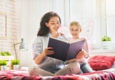 Macierzysty czytanie książka Zdjęcie Royalty Free