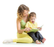 Macierzysty czytanie książka dziecko chłopiec Zdjęcie Stock