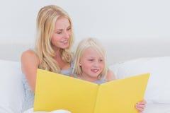 Macierzysty czytanie opowieść jej córka obraz royalty free
