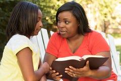 Macierzysty czytanie z jej córką Zdjęcia Royalty Free