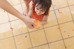 Macierzysty dawać wodnemu ballon jej córka obraz royalty free