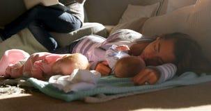 Macierzysty dosypianie jej chłopiec w żywym pokoju 4k zbiory wideo