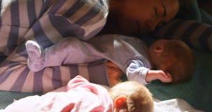 Macierzysty dosypianie jej chłopiec w żywym pokoju 4k zbiory