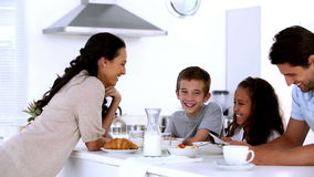 Macierzysty gawędzenie dzieci przy rodzinnym śniadaniem zbiory