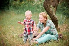 Macierzysty iść dla spaceru z jej małym synem Zdjęcia Stock