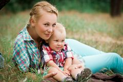 Macierzysty iść dla spaceru z jej małym synem Zdjęcie Stock