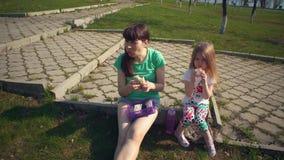 Macierzysty i śliczny córki łasowania shawarma outdoors zbiory wideo