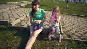 Macierzysty i śliczny córki łasowania shawarma outdoors zbiory