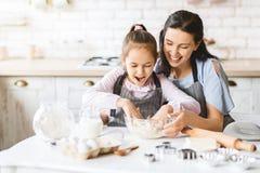 Macierzysty i córka jej narządzania ciasto robić tortowi fotografia royalty free