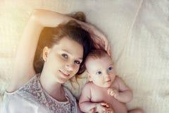 Macierzysty i dziecko jej lying on the beach w łóżku sunlight zdjęcia royalty free