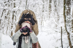 Macierzysty i jej córko cieszy się zima dzień outdoors Obraz Royalty Free