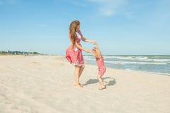 Macierzysty i jej córko ma zabawę na plaży Fotografia Royalty Free