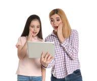 Macierzysty i jej córko używa wideo gadkę na pastylce zdjęcia royalty free