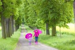 Macierzysty i jej córko z parasolami Zdjęcia Royalty Free