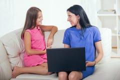 Macierzysty i jej córko używa notatnika Zdjęcia Stock