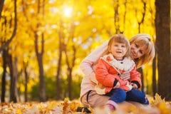 Macierzysty i jej dziecko zabawę w jesień parku obrazy royalty free