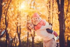 Macierzysty i jej dziecko zabawę w jesień parku zdjęcia royalty free