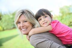 Macierzysty i jej mała dziewczynko na ona z powrotem Obraz Stock