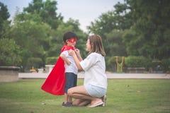 Macierzysty i jej synu bawić się wpólnie w parku zdjęcie stock