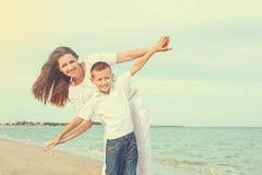 Macierzysty i jej synu ma zabawę na plaży Obraz Stock