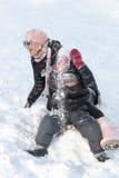 Macierzysty i jej synu na śniegu Obrazy Royalty Free