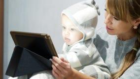 Macierzysty i jej synu używa laptop zbiory