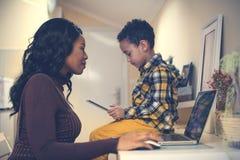 Macierzysty i jej synu używa technologię Zdjęcie Stock