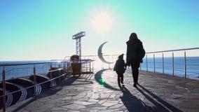 Macierzysty i młody syna spacer przez parka na ulicie zdjęcie wideo