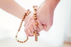 Macierzysty i ojcze ono modli się wpólnie zdjęcia royalty free