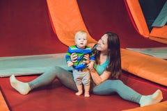 Macierzysty I syn jej doskakiwanie na trampoline w fotografia royalty free