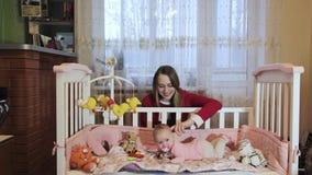Macierzysty kładzenia dziecko spać przy ściąga zbiory wideo