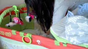 Macierzysty kładzenie dziecko w ściąga zbiory wideo
