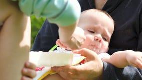 Macierzysty karmienie dziecko trzymający ojcem zdjęcie wideo