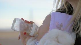 Macierzysty karmienie jej dziewczynka outside zdjęcie wideo